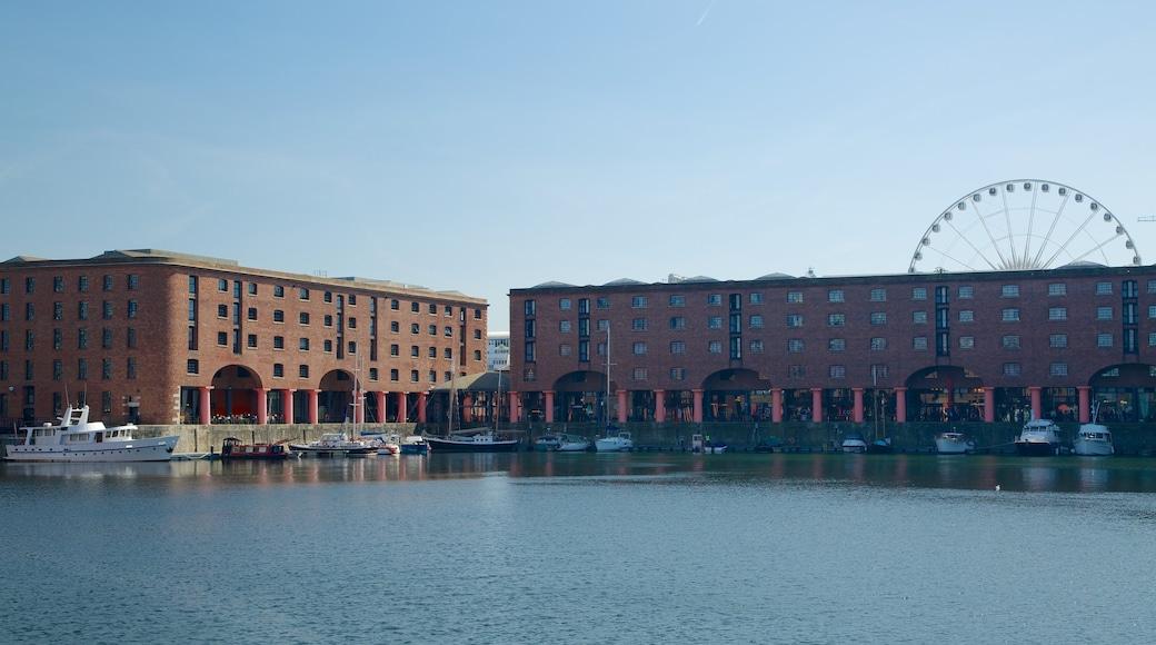 Albert Dock som inkluderer bukt eller havn, kystby og historisk arkitektur