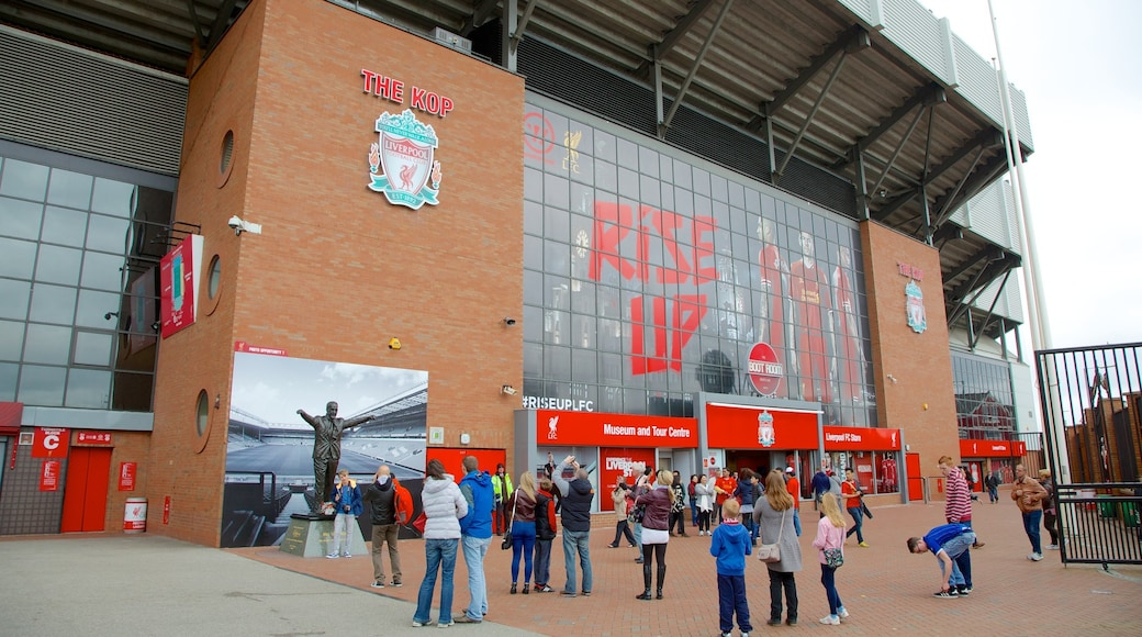 Anfield Road Stadium sowie große Menschengruppe