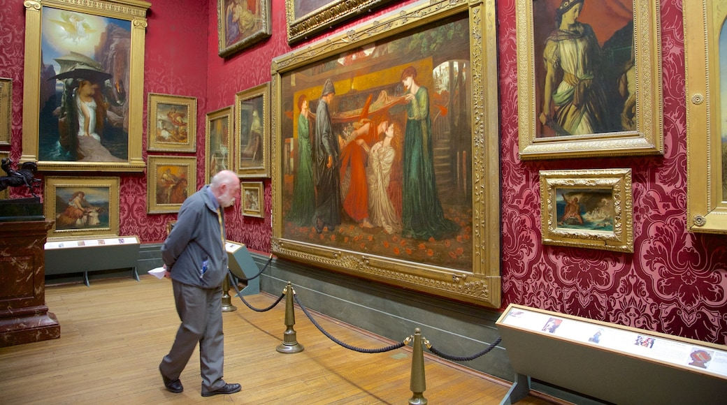 Walker Art Gallery som inkluderer innendørs og kunst i tillegg til en mann