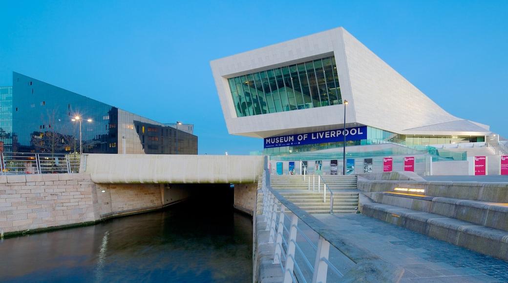 Museet i Liverpool som viser moderne arkitektur og elv eller bekk