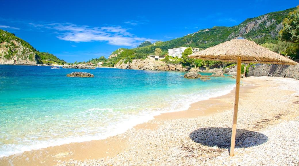 Paleokastritsa strand som viser strand med småstein