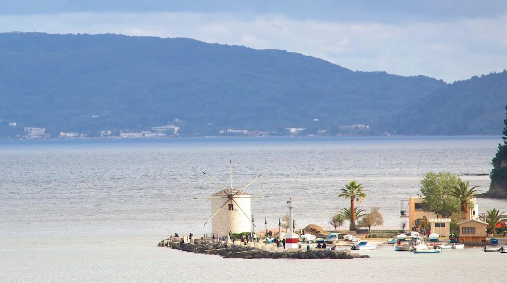 Corfù mostrando baia e porto e mulino a vento
