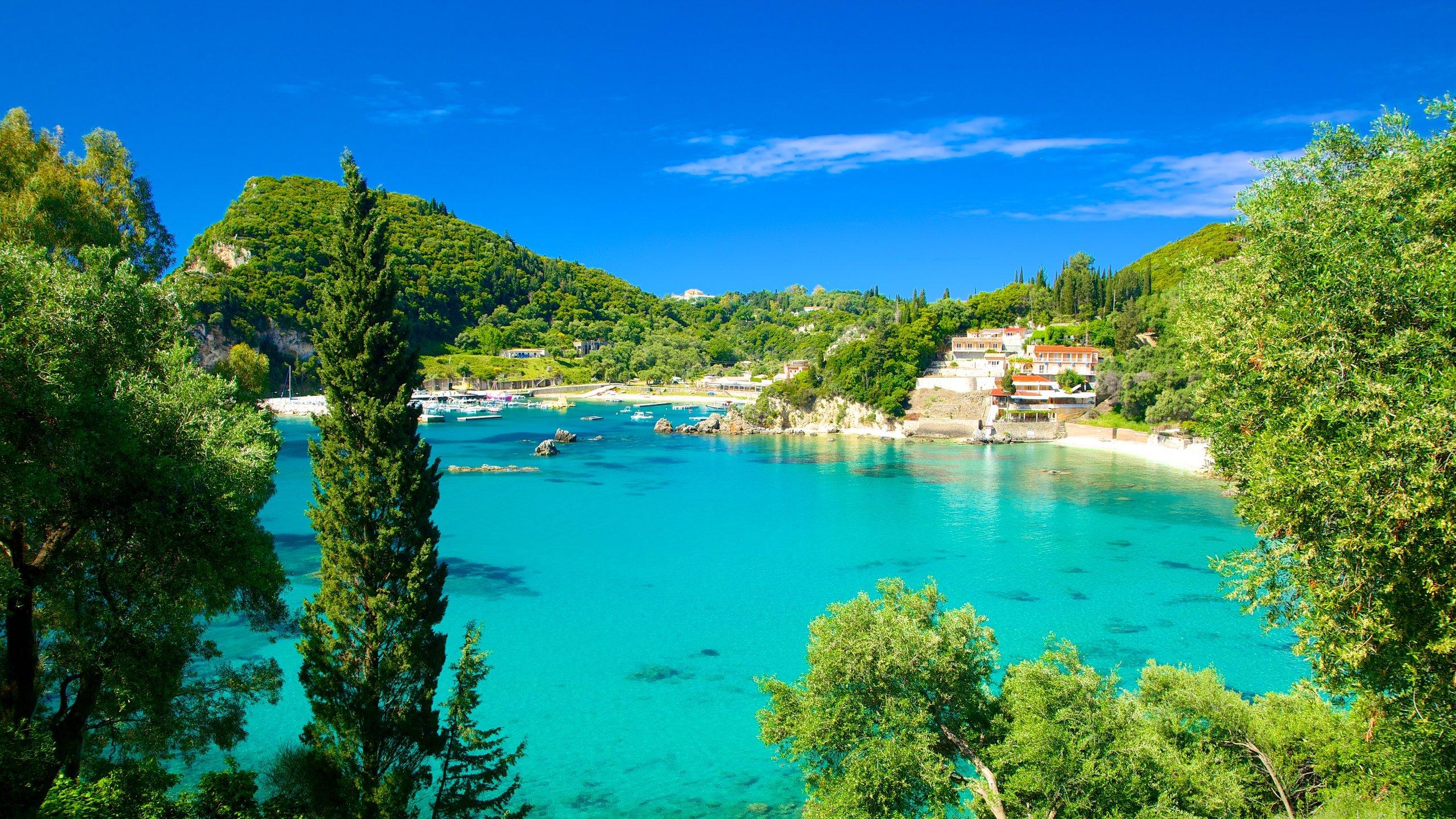 Acércate a esta bonita playa de la costa occidental de Corfú para bucear en aguas cristalinas, pasear por pintorescos olivares y disfrutar de momentos de concentración en un antiguo monasterio.