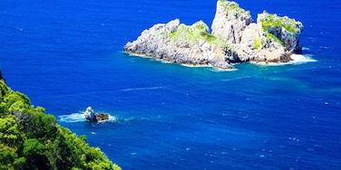 Strand von Paleokastritsa mit einem Inselansicht
