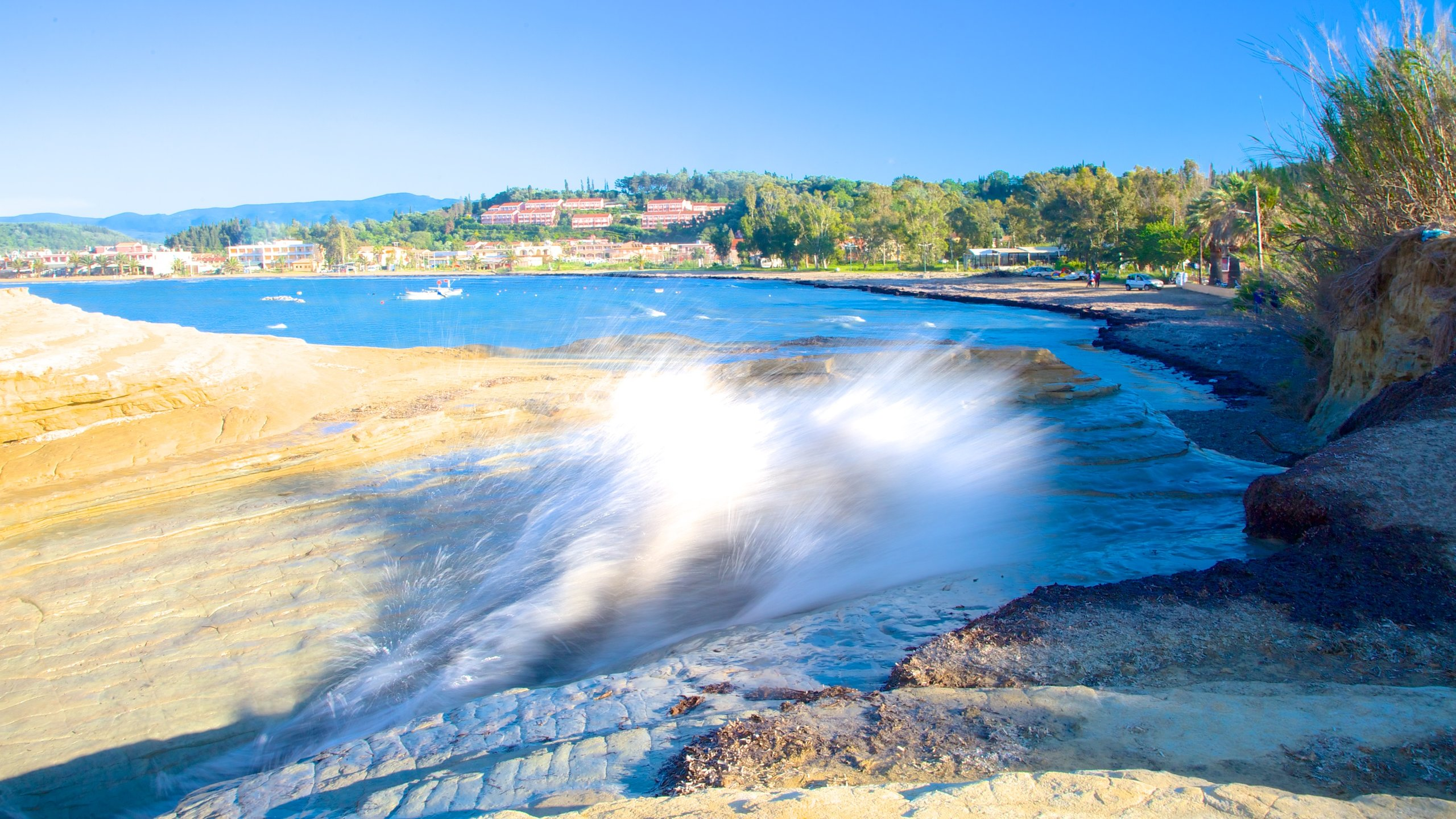 Si te animas a visitar Sidari, aprovecha para acercarte a Playa de Canal d'Amour y salir a navegar. Además de ser un destino donde reina la tranquilidad, aquí también podrás pasear por hermosos parques y pasear por arenales increíbles.