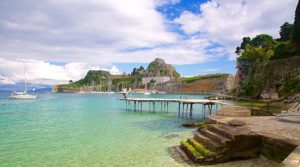 Hafen von Korfu welches beinhaltet allgemeine Küstenansicht und Bootfahren