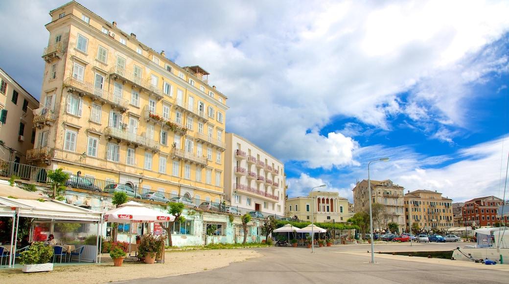 Hafen von Korfu welches beinhaltet historische Architektur und Straßenszenen