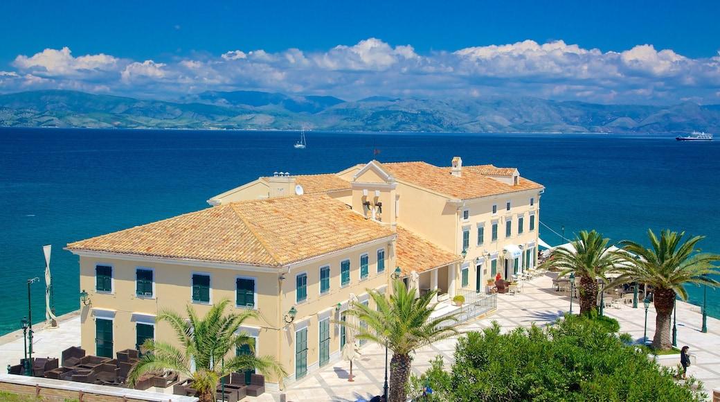 Hafen von Korfu welches beinhaltet allgemeine Küstenansicht