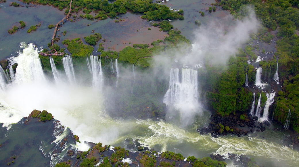 伊瓜蘇大瀑布 呈现出 瀑布