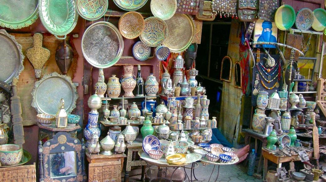 Marrakech ofreciendo mercados y elementos patrimoniales