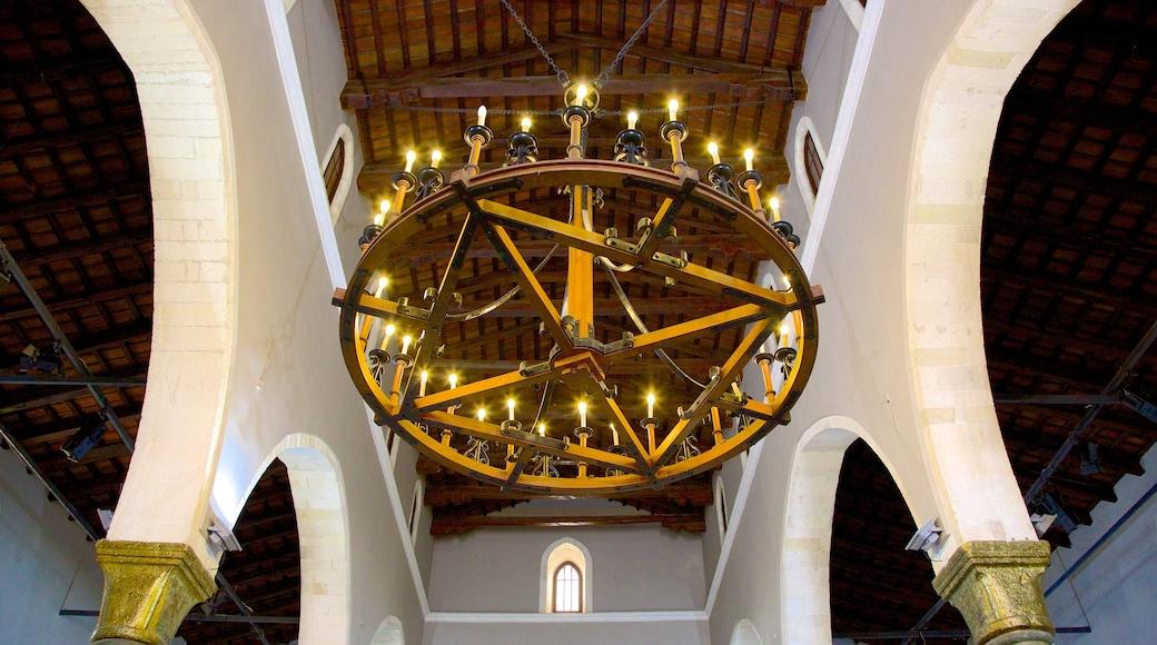 Basilika Agios Markos welches beinhaltet Innenansichten, religiöse Elemente und Kirche oder Kathedrale