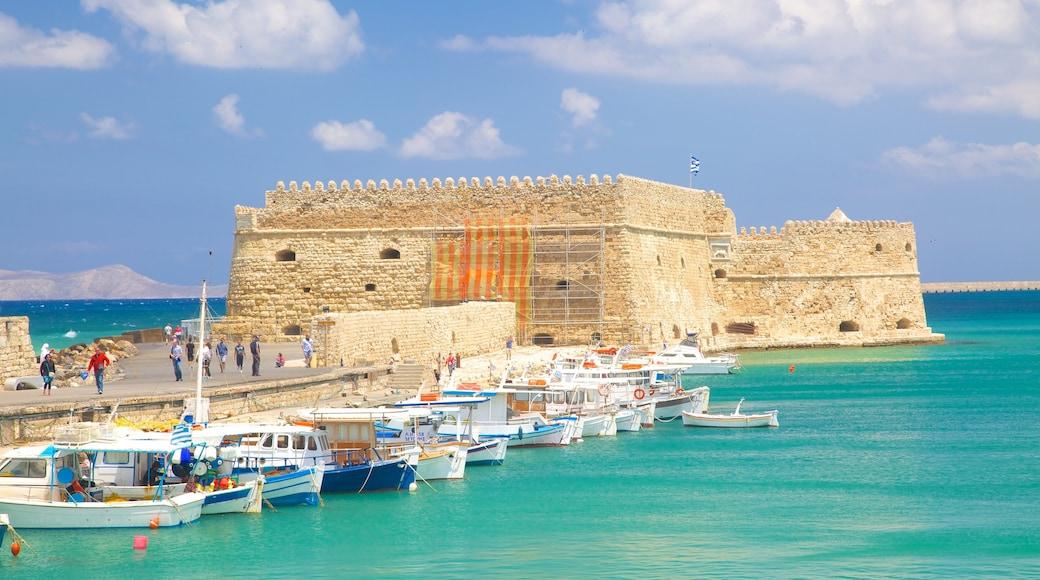 Koules fästning som inkluderar en hamn eller havsbukt, ett slott och historisk arkitektur