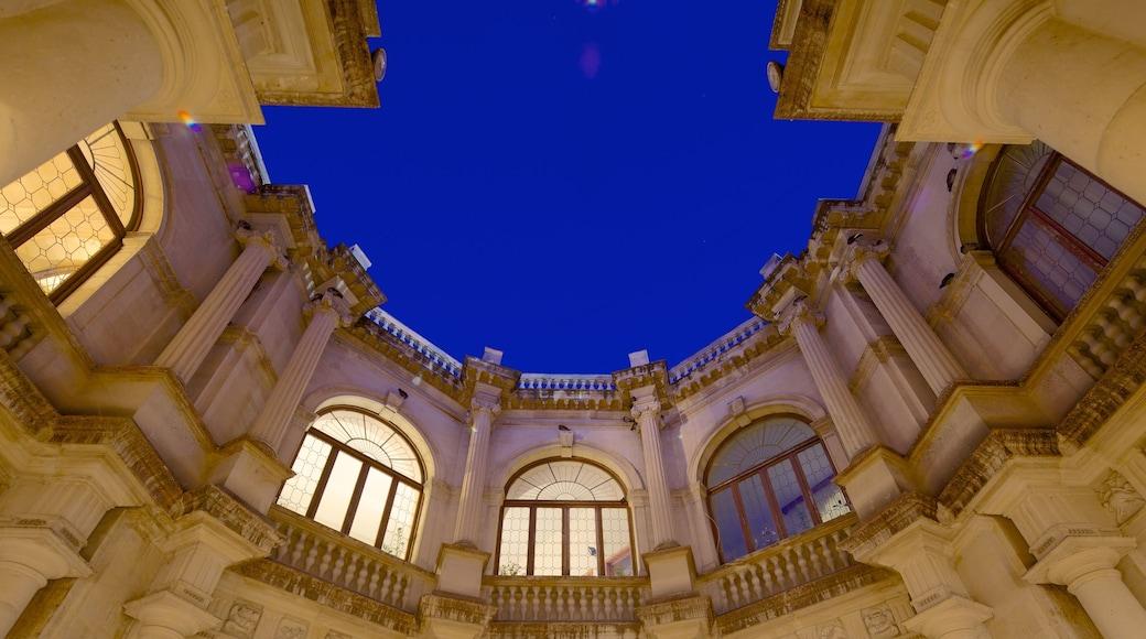 Venezianische Loggia welches beinhaltet historische Architektur
