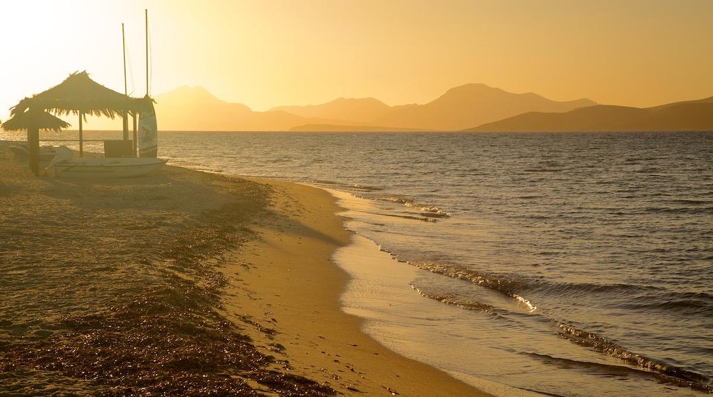 Strand von Tigaki das einen Sonnenuntergang und Sandstrand