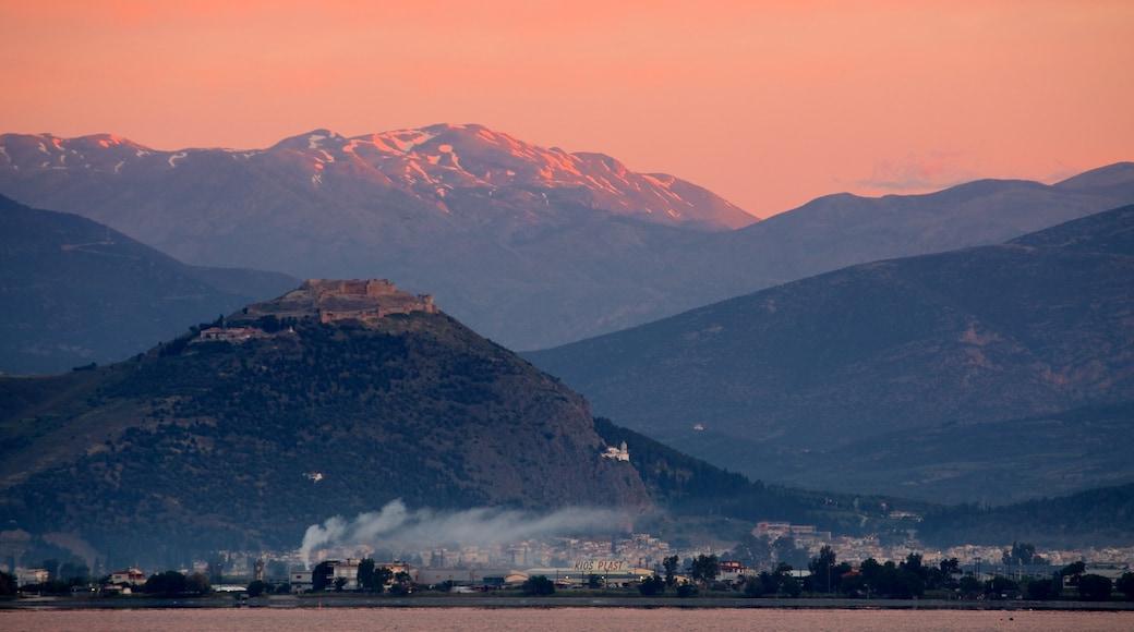 Nafplio welches beinhaltet Sonnenuntergang und Berge