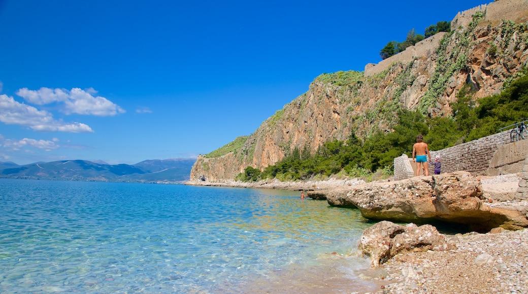 Nafplio inclusief een kiezelstrand en rotsachtige kustlijn