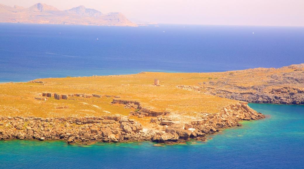 Strand von Lindos mit einem schroffe Küste