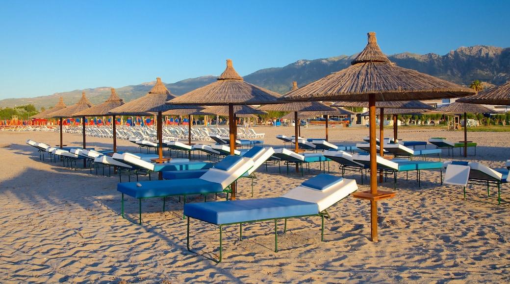 Tigaki Beach showing a beach