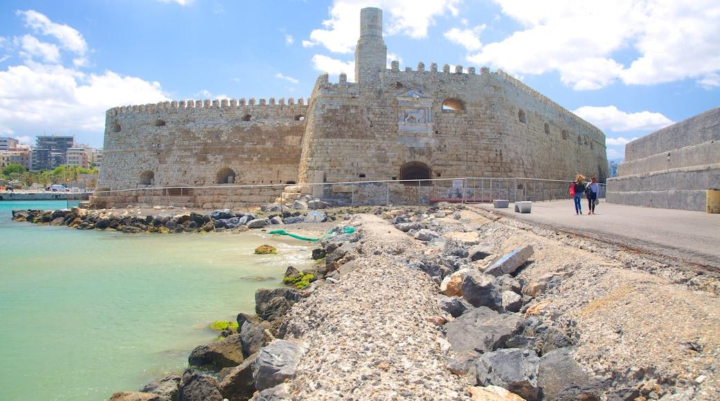 Koules fästning som visar ett slott och historisk arkitektur