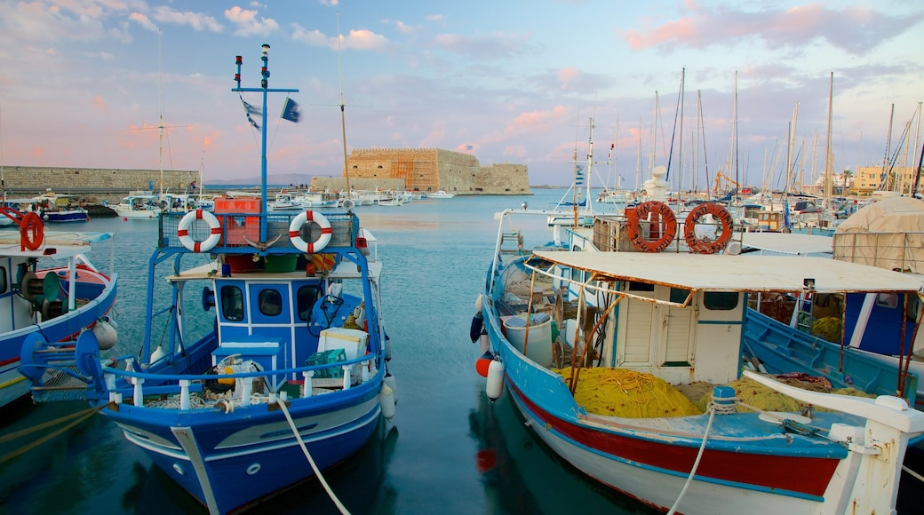 Koules fästning som inkluderar en hamn eller havsbukt
