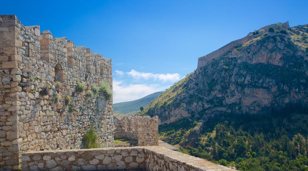Acrópole de Náuplia que inclui um pequeno castelo ou palácio, montanhas e arquitetura de patrimônio