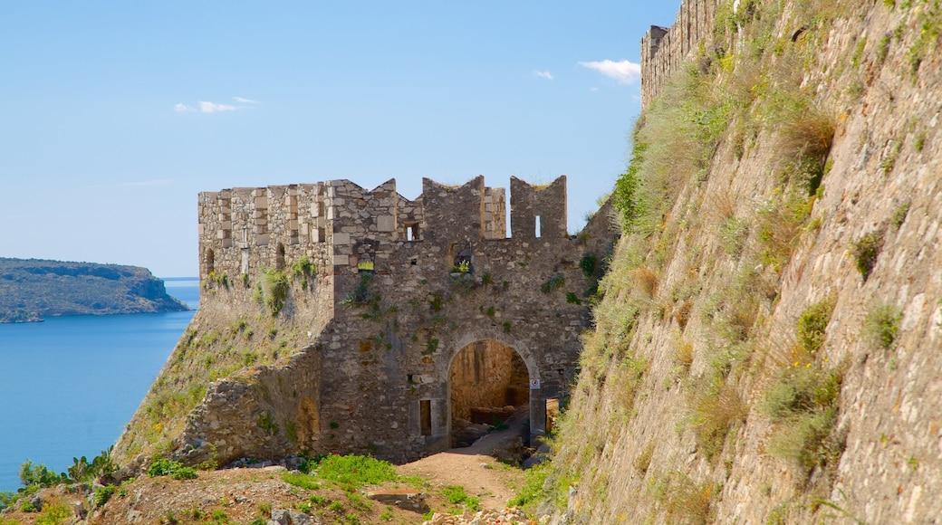 Acrópole de Náuplia que inclui paisagem, arquitetura de patrimônio e litoral acidentado