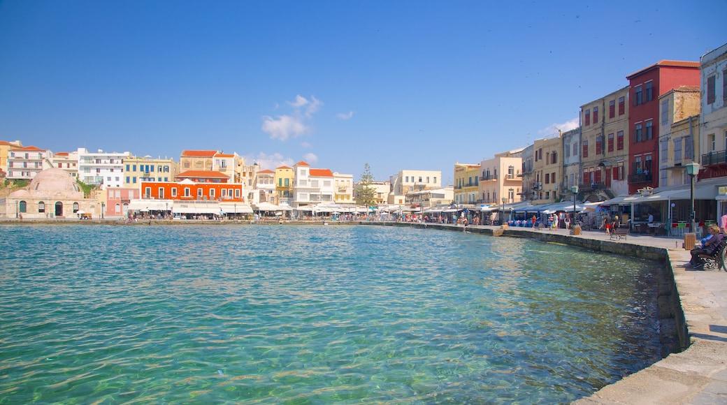 Port vénitien montrant ville côtière