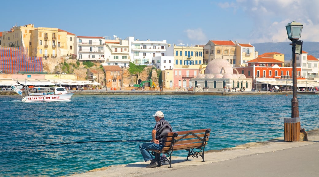 Port vénitien mettant en vedette ville côtière