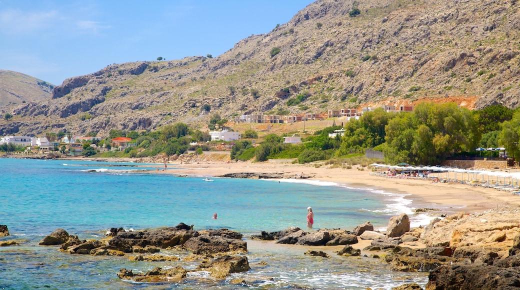Strand von Pefkos das einen Felsküste, Sandstrand und allgemeine Küstenansicht