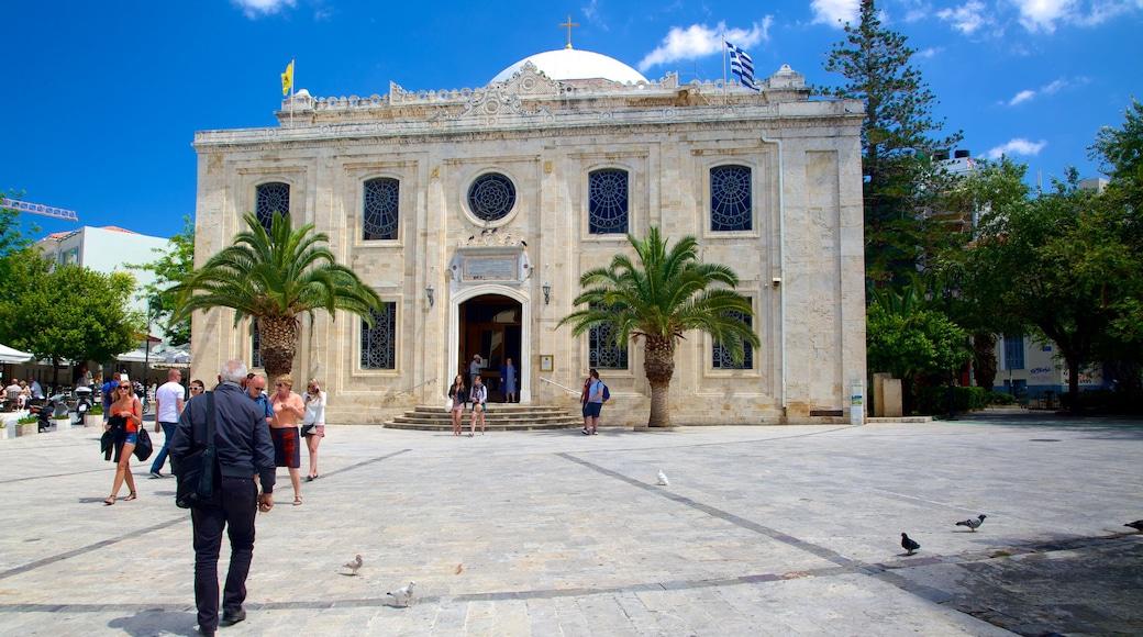 Eglise Saint-Titus qui includes square ou place, église ou cathédrale et éléments religieux