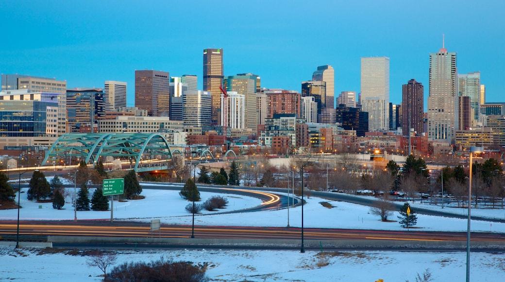 Colorado som omfatter en by, skyline og sne