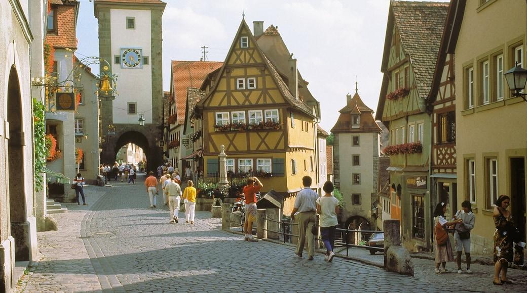 陶伯河上游羅騰堡 设有 街道景色 和 歷史建築 以及 一大群人