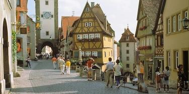 Rothenburg ob der Tauber che include strade e architettura d\'epoca cosi come un grande gruppo di persone