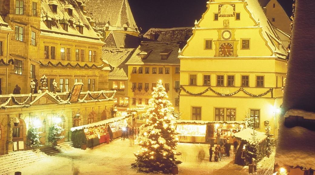 陶伯河上游羅騰堡 呈现出 下雪, 夜景 和 廣場