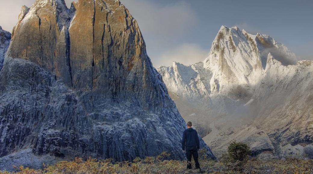 Yukon das einen Berge und Schnee sowie einzelner Mann