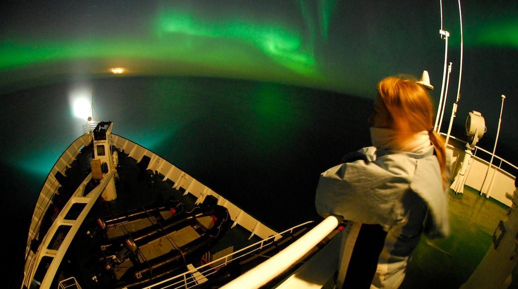 Nunavut que incluye escenas nocturnas, paseos en lancha y auroras boreales