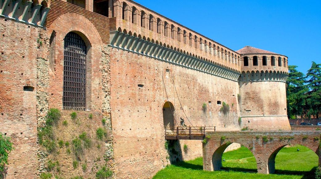 Imola fasiliteter samt historisk arkitektur og palass