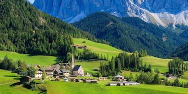 Bozen mit einem Kleinstadt oder Dorf, historische Architektur und Berge