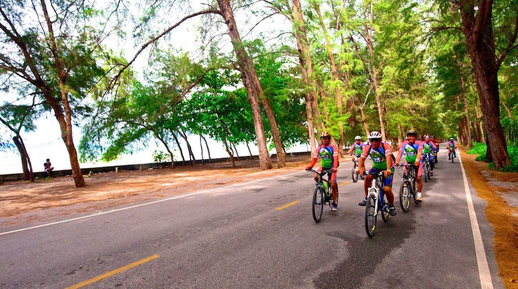 Rayong mit einem Straßenradfahren sowie große Menschengruppe