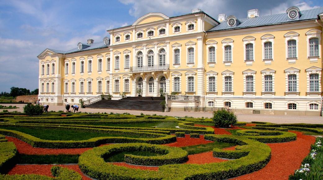 Latvia joka esittää puutarha ja vanha arkkitehtuuri