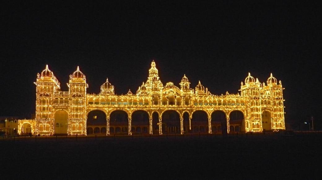 Mysore mostrando un castillo, patrimonio de arquitectura y escenas nocturnas