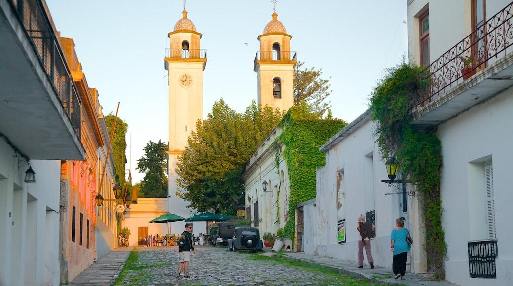 Colonia del Sacramento Plaza de Armas showing street scenes and heritage architecture