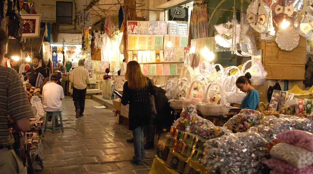 Tunisien som visar marknader såväl som en liten grupp av människor