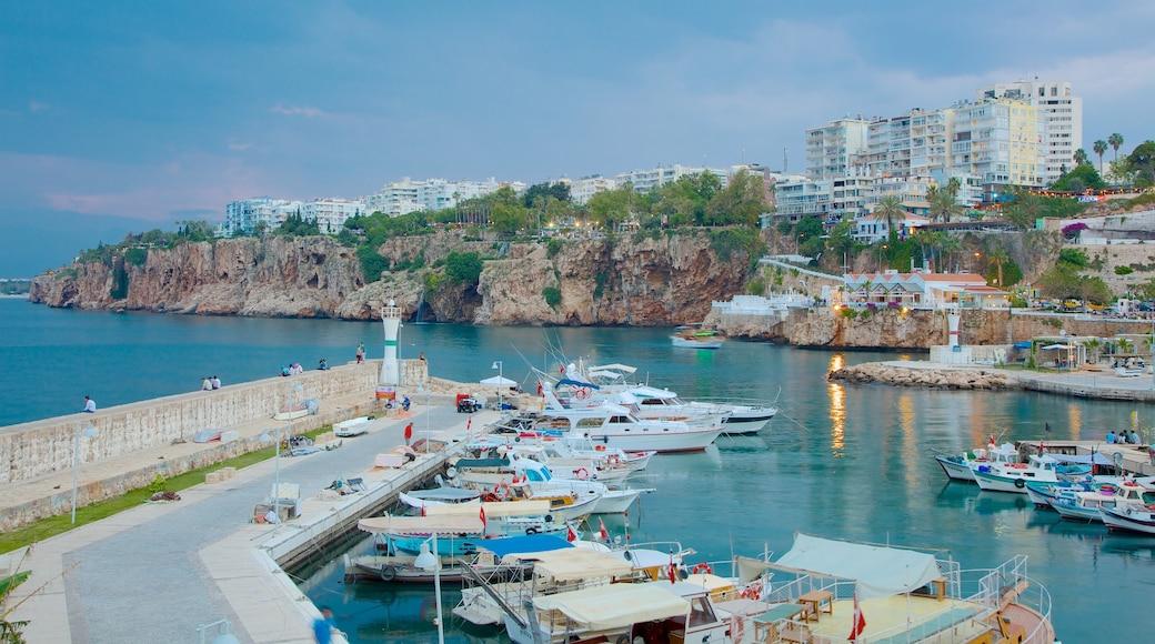 Antalya que incluye una bahía o un puerto y una localidad costera