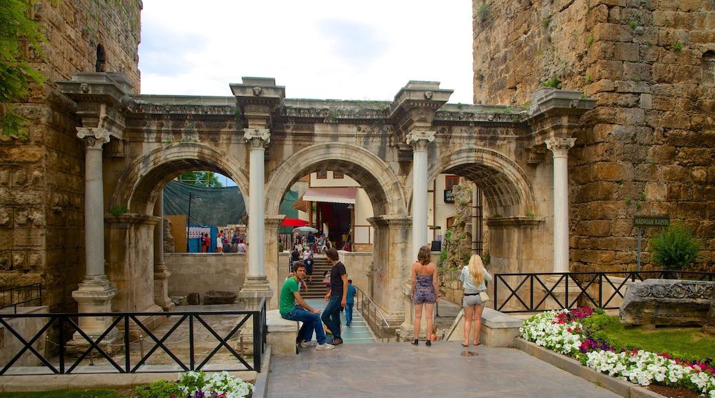 Antalya ofreciendo arquitectura patrimonial y una ruina
