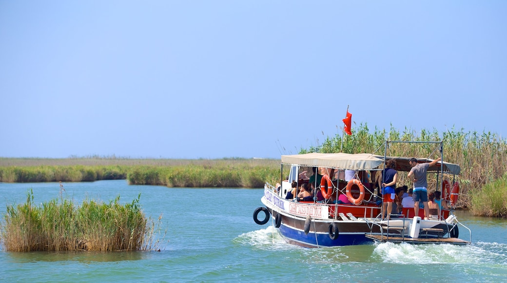 Dalyan ofreciendo embarcaciones y un río o arroyo
