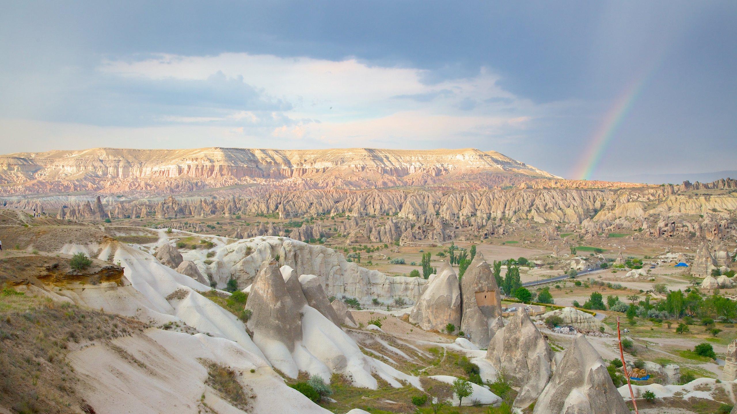 Zie hoe de heteluchtballonnen, aardpiramiden en intrigerende rotsformaties van kleur veranderen wanneer de zon achter de horizon zakt.