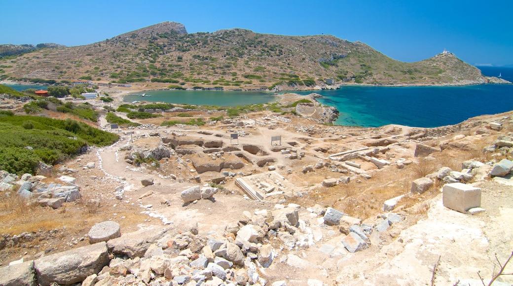 Knidos welches beinhaltet allgemeine Küstenansicht und Gebäuderuinen