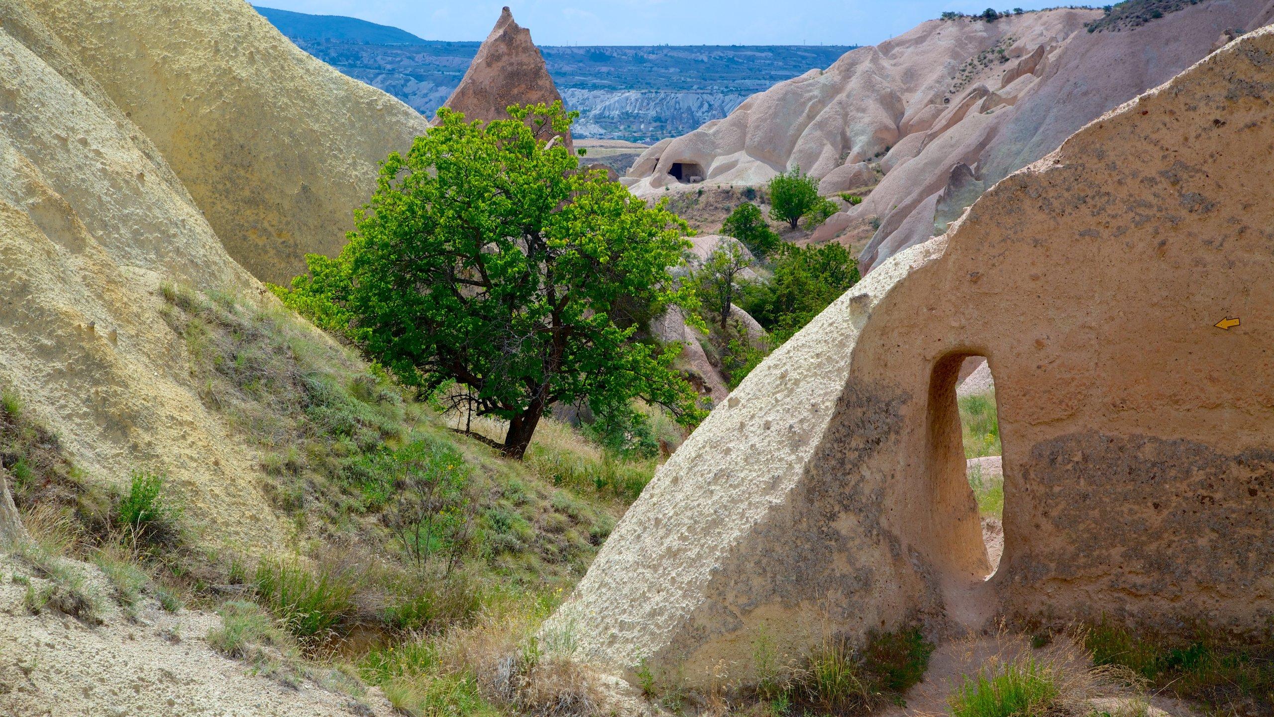 Karmozijnrode rotsen, uitgehouwen kerken en historische duivenhokken vormen de inspirerende panorama's en fotomogelijkheden langs deze indrukwekkende wandelroute.