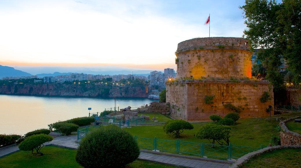 Hıdırlık-Turm mit einem historische Architektur, Palast oder Schloss und Sonnenuntergang